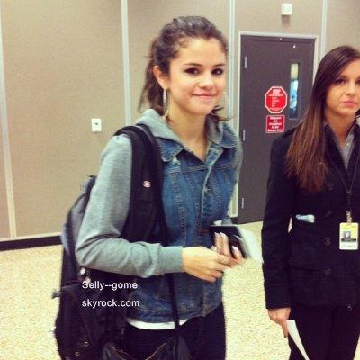 29/11/11  ▬ Selena à l'aéroport de Slat Lake City  Avis personnelle.                                                                              Selena est comme toujours très très belle. Rien à redire. Je dirais TOP