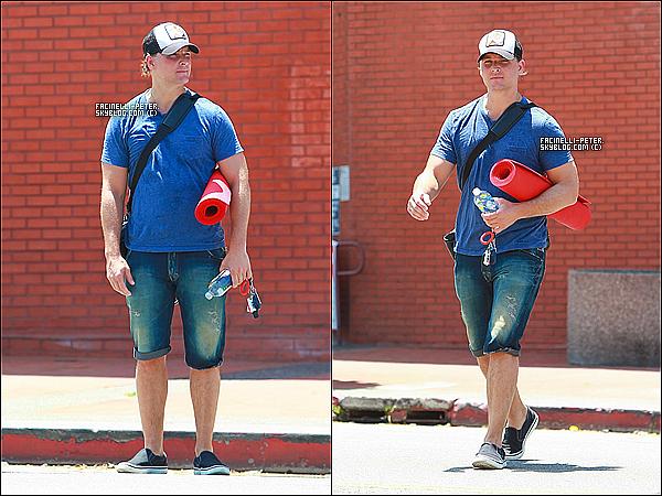 """02/07/2014 : Le beau - Peter Facinelli - plein de courage allant a con court de """"yoga"""" dans West Hollywood !  sa arrive !"""