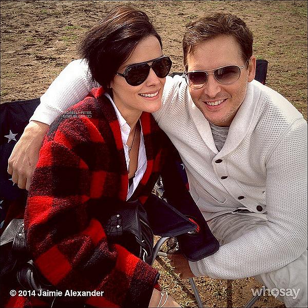 Instagram (01/11/2014) : ●●● Photo - P Facinelli et Jaimie Alexander poster sur le compte instagram de Jai' !  Je trouve la photo magnifique Peter a un superbe sourire et bien entendu Jaimie Alexander aussi est superbe, TOP rouge ! ♥