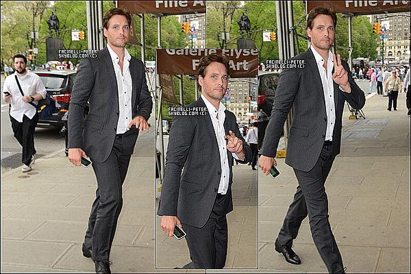12/05/2014 : Notre beau Peter Facinelli a été vue par les papp'z à Midtown Manhattan, à New York City !  Pas plus de photos disponible pour le moment + Je rappel que je ne donne pas mes sources merci donc de ne pas me pauser la kst ! !