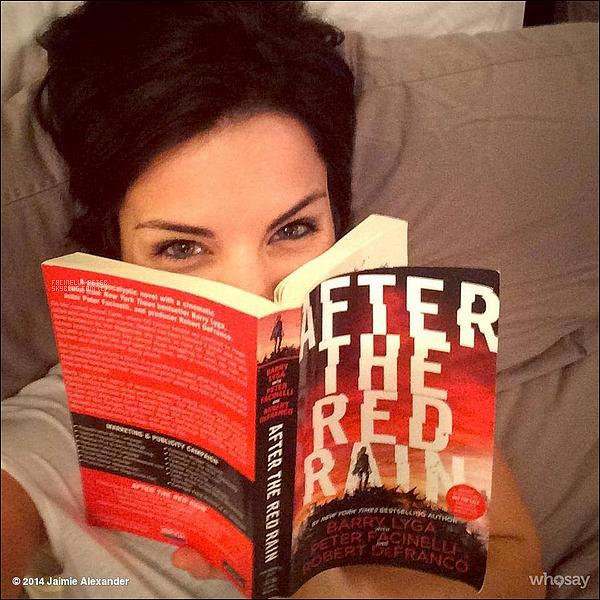 Instagram (07/10/2014) : ●●● Photo de J Alexander avec le livre de peter poster sur son compte instagram  !    On peut voir que la petite amie (jaimie alexander) de Peter Facinelli a le livre le Peter, la chanceuse j'aimerai etre a sa place !
