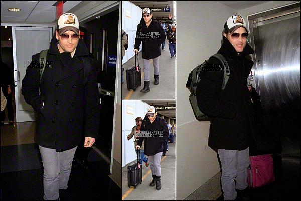 04/01/2015 :  Le beau  Peter Facinelli a était photographier par les paparazzi à l'aéroport de Los Angeles !   J'adore le look de Peter Facinelli pour cette 'sortie' gros TOP donc, J'adre les chaussure ♥ un petit moins pour la casquette   !