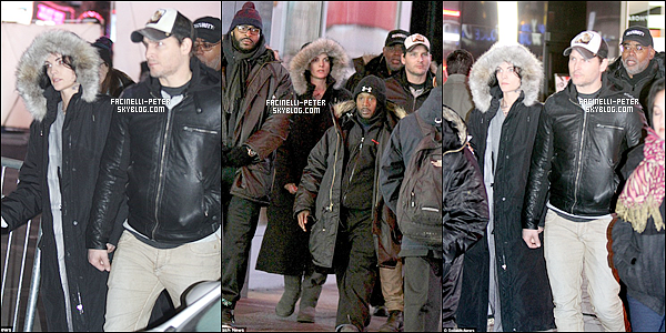 20/03/2015 : C'est sous la pluie que nous retrouvons PFacinelli et sa fiancée Jai' Alexander à  Times Square (NY) !   Nos deux jeune fiancée Pet Facinelli & Jaimie Alexander on etait vue a Times Square lors du tournage de la serie Blindspot !