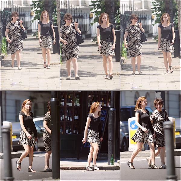 Le 19/07 : Emma a été aperçue buvant un verre avec une amie dans le centre ville de Londres