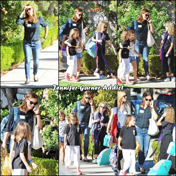 Jen a été chercher les filles à l'école (chargée comme une mule, elle semble transporter des costumes d'Halloween) - le 30 Octobre -