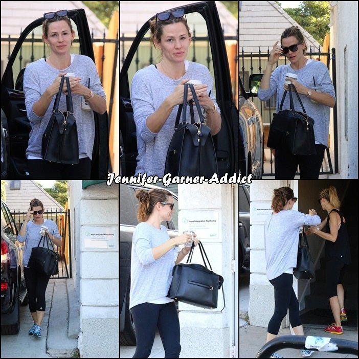 Jen se rendant chez sa psy avec une amie - le 21 Novembre -