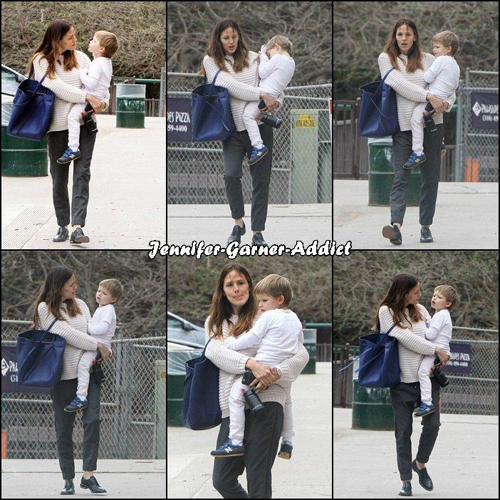 Jen et Samuel sortant d'un parc - le 19 Janvier -
