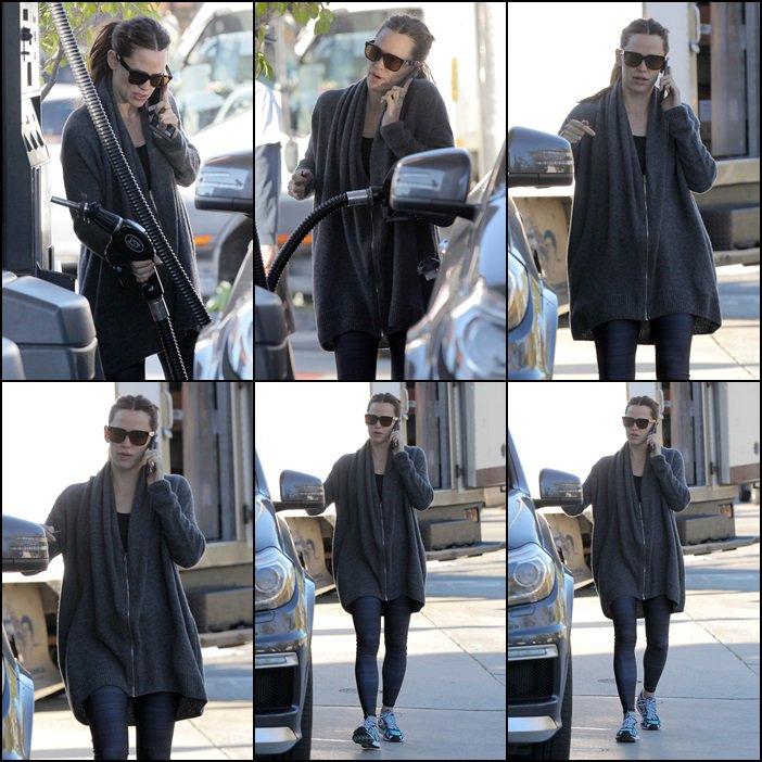 Jen allant (et quittant son cours) à la gym après être allée faire de l'essence- le 29 Janvier -