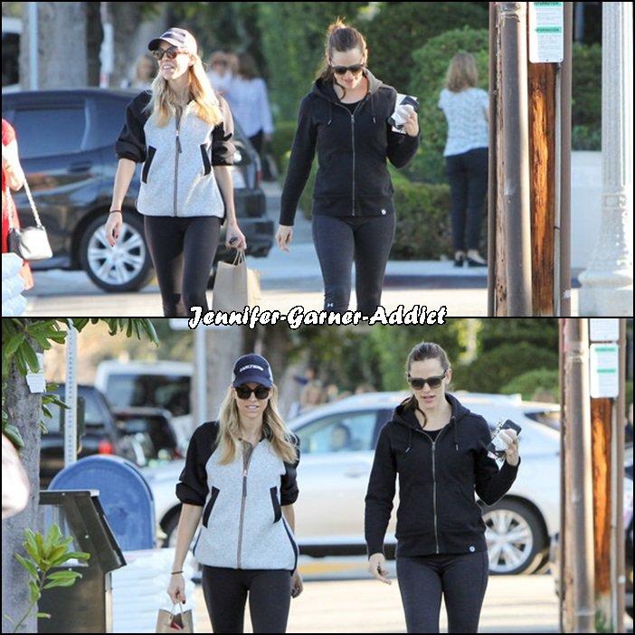 Jen et son agent (merci Visiteur!) sortant de leur cours de gym - le 11 Février - (il semblerait que la pelouse ait soif!)