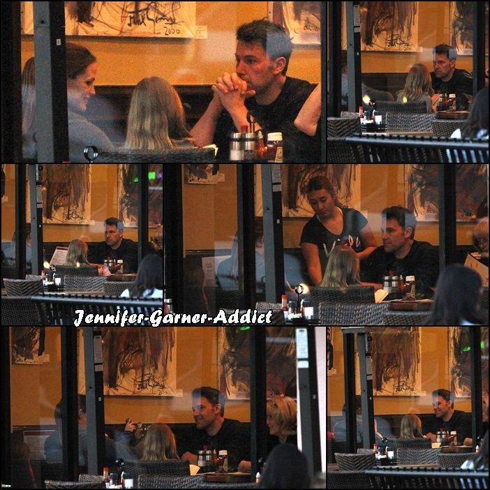 Jen, Ben, Violet, Séraphina, Samuel et Chris, la mère de Ben sont allés manger en famille au restaurant pour fêter l'anniversaire de Samuel ( 4 ans ) - le 27 Février -