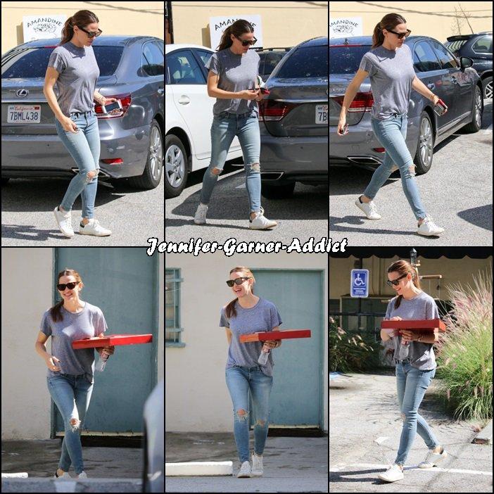 Jen et Ben sont allés chercher les filles au karaté avec Samuel et Jen a ramené une pizza (!!) [moment où Ben a passé son pull à Jen] - le 6 Mars -