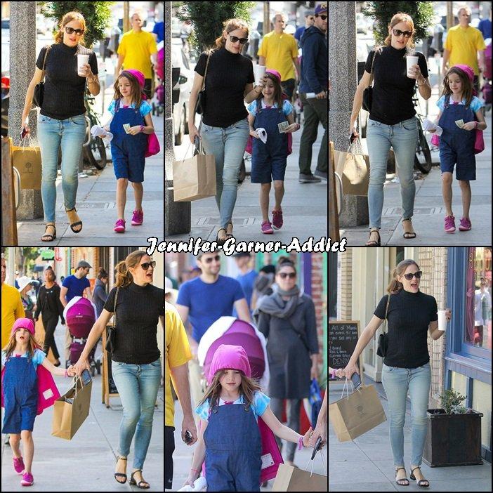 Jen et Séraphina sont allées faire des emplettes dans un magasin pour bébé puis sont allées acheter quelques bonbons pour ensuite aller prendre un café - le 12 Mars -