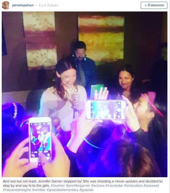 Alors qu'elle est en promo pour son film, Jen s'est arrêtée à une soirée Mother/Daughter (autrement dit Mère/fille) pour danser quelques minutes avec les petites filles qui ont particulièrement apprécié! - le 13 Mars -