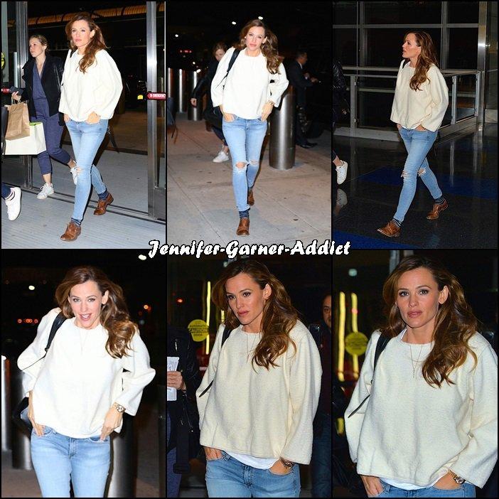 Jen à l'aéroport de New York pour rejoindre LA - le 17 Mars -