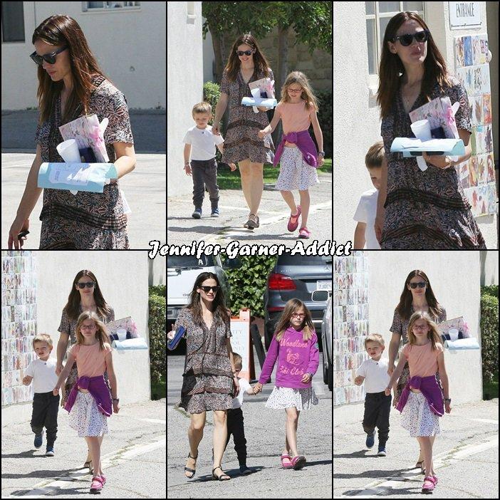 Jen, Violet et Sam sont allées à l'église le jour de l'anniversaire de Jen - le 17 Avril -