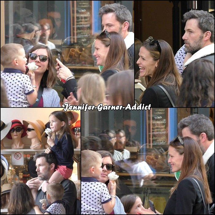Toute la petite famille Affleck (avec la nounou) est à PARIS! Après un moment en famille passé à Londres (où Ben tourne actuellement son nouveau film), ils ont décidé de venir visiter la ville lumière! - le 5 Mai - (ils seraient arrivés jeudi)