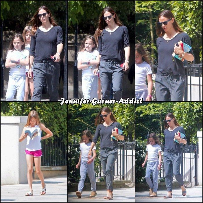 Jen et les filles sortant à Londres - le 10 Mai -