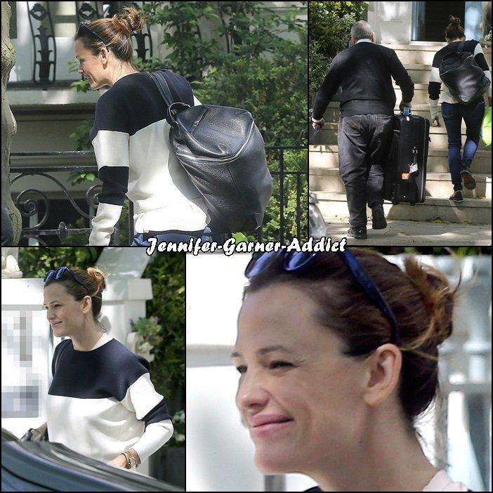 Jen a été vu sortant d'une maison à Londres - le 23 Mai -