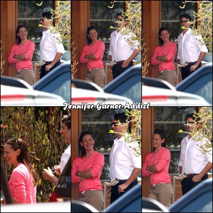 Jen a été manger avec des amis à Soho House à Malibu - le 4 Juin - Oui elle est avec un homme mais vous aurez sans doute remarqué dans la voiture au second plan son amie et agent (qui va souvent avec elle à la gym) donc ce n'était pas un rdv galant!