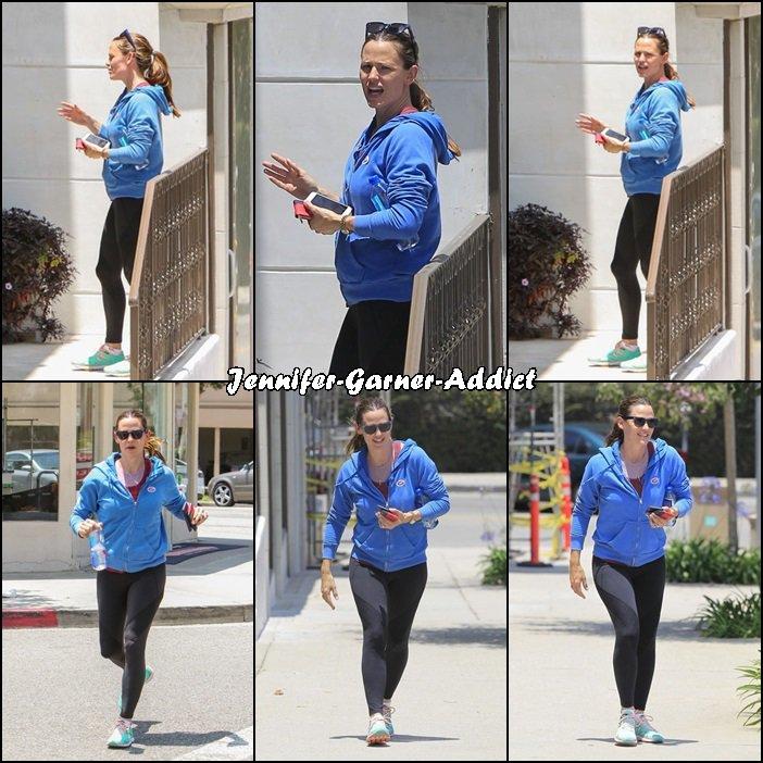 Jen a repris ses bonnes habitudes et a enfilé ses tennis pour aller à la gym - le 7 Juin -