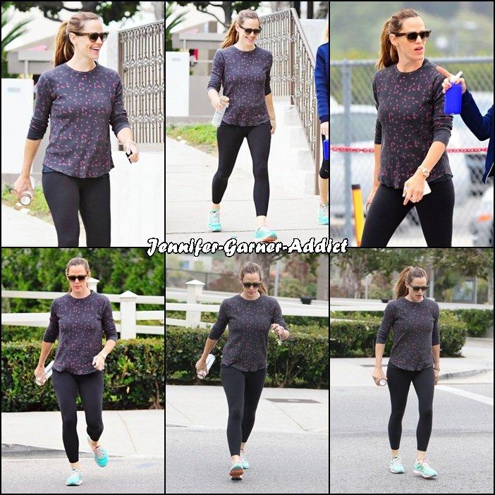 Jen allant et sortant de la gym avec son agent - le 9 Juin -