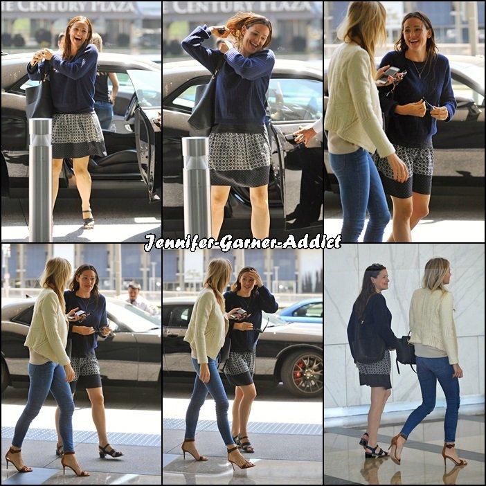 Jen avec son agent se rendant à une réunion - le 29 Juin -