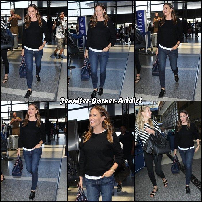Jen avec son agent l'aéroport de LAX - le 30 Juin -