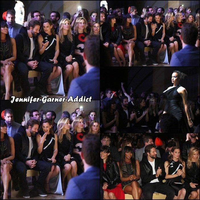 Jen à la Fashion week parienne, ici au défilé Versace - le 3 Juillet -