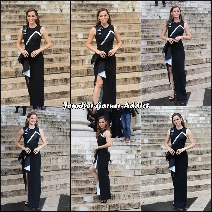 Jen arrivant au défilé de Versace - le 3 Juillet -