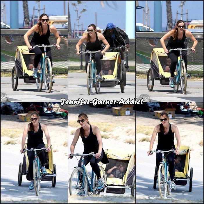 Jen et les enfants (avec la nounou) sont allés faire du vélo à Venice et il semblerait que Séraphina se soit fait mal, la pauvre - le 7 Juillet -