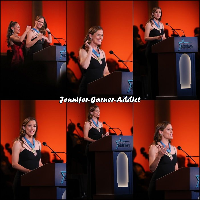 "Jen a été ""décorée"" pour son engagement dans l'éducation des enfants à la soirée Starkey Hearing Foundation So the World May Hear Awards Gala  qui avait lui à Saint Paul (Minnesota) dans la salle St Paul RiverCentre - le 17 Juillet -"