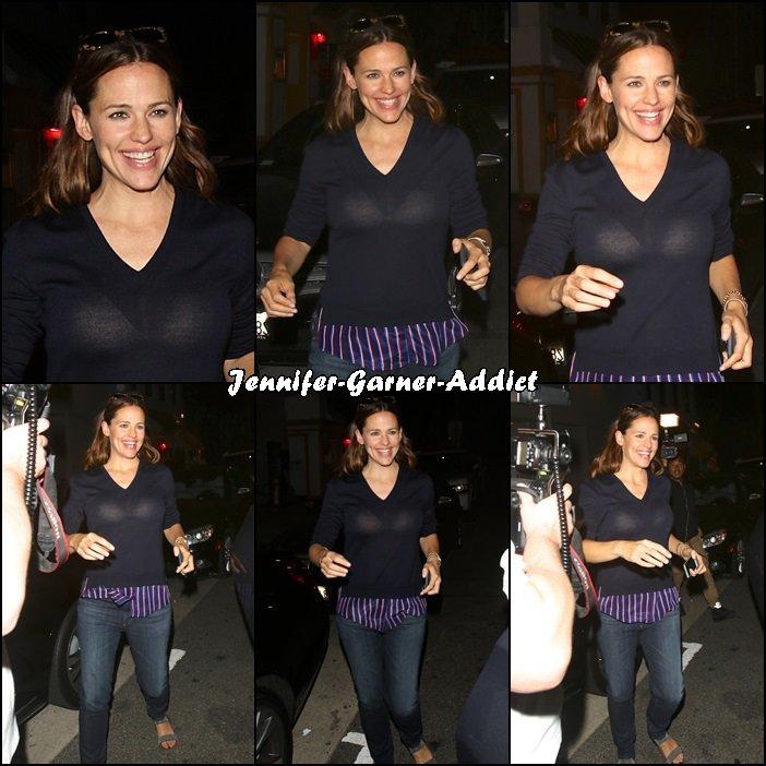Jen est sortie avec des amies au restaurant à Los Angeles - le 26 Juillet -