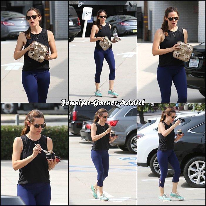 Jen a été à gym avec son agent chez Body by Simone Gym et elle a ensuite été manger une glace - le 30 Juillet -