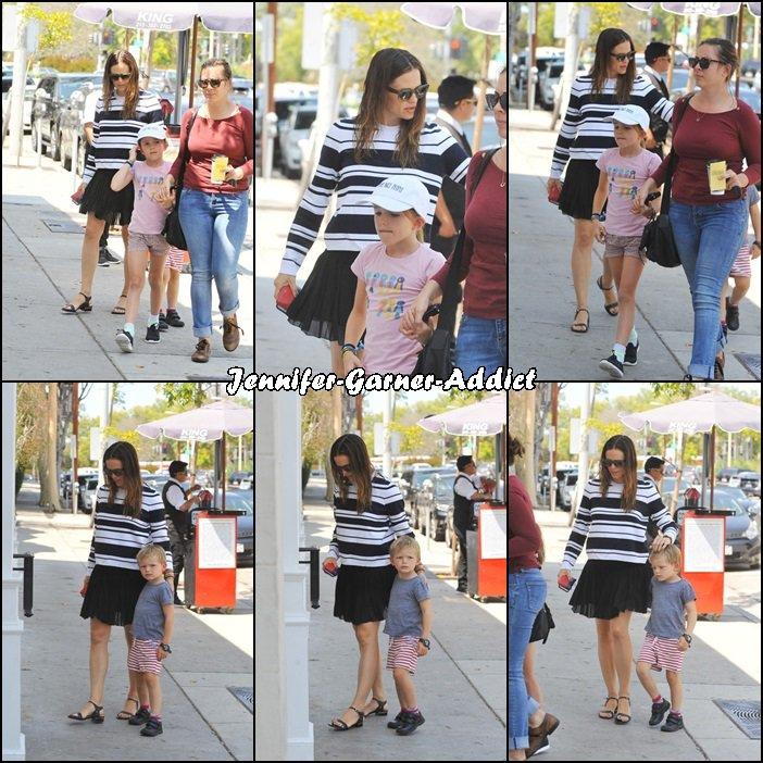 Jen et les enfants (avec la nounou) sont allés manger Au Fudge et ont passé un peu de temps chez Duff's Cakemix - le 20 Aout -