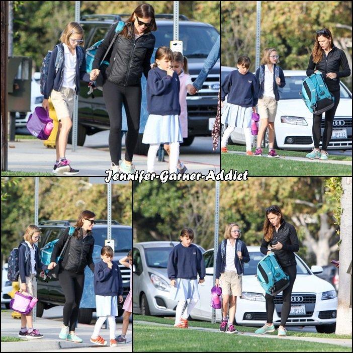 Jen et son agent ont été amener leurs filles à l'école - le 8 Septembre -