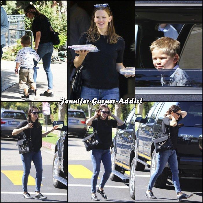 Jen et les enfants sortant de l'église (je crois) - le 25 Septembre -