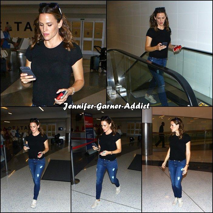 Jen dans un centre commercial ou un aéroport (enfin un endroit avec un escalator) - le 26 Septembre - à Los Angeles