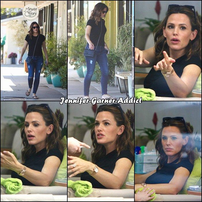 Jen dans un centre esthétique pour se faire bichonner - le 26 Septembre - à Los Angeles