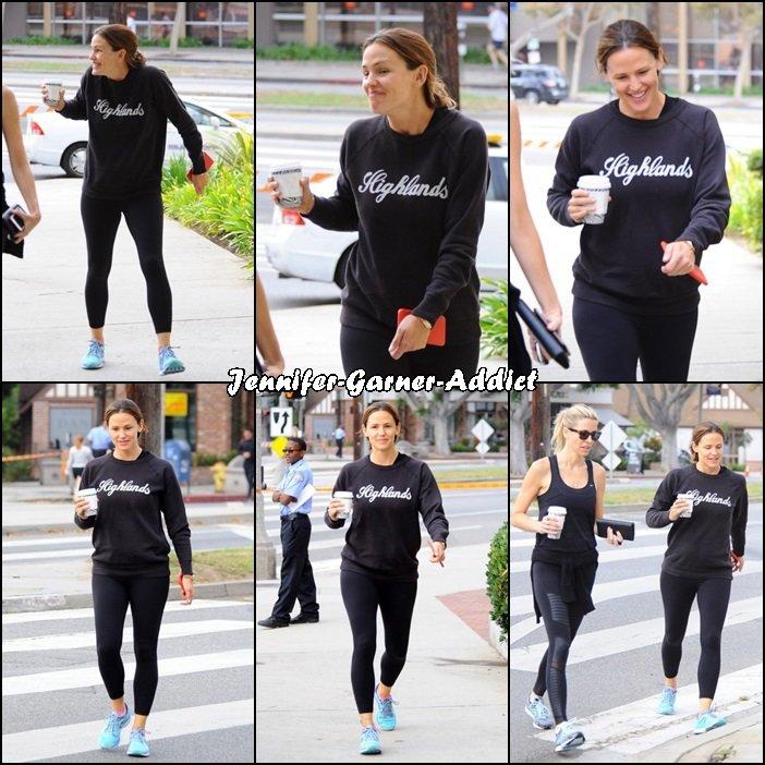 Jen sortant de la gym avec son agent - le 2 Octobre - elles ont la santé!!