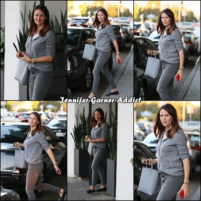 Jen a été faire du shopping après avoir été chez le coiffeur- le 19 Octobre -