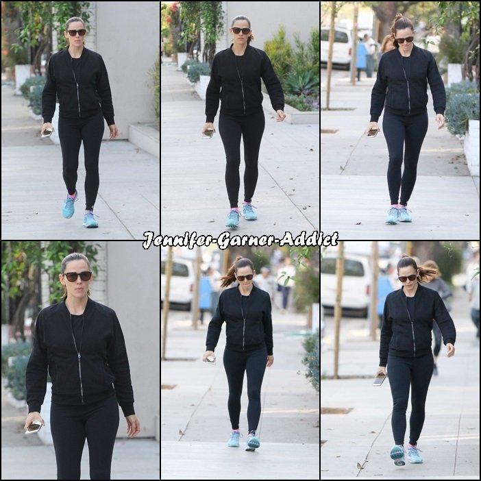 Jen a été à la gym puis chercher un café avant de monter dans la voiture avec Ben - le 7 Novembre -
