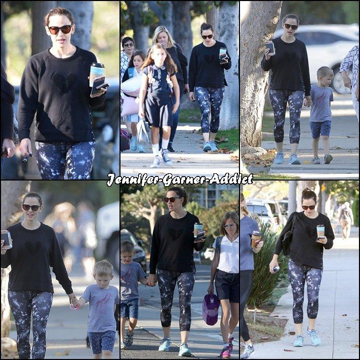 Jen a été amener les enfants à l'école puis elle a été à la gym avec son agent - le 9 Novembre -
