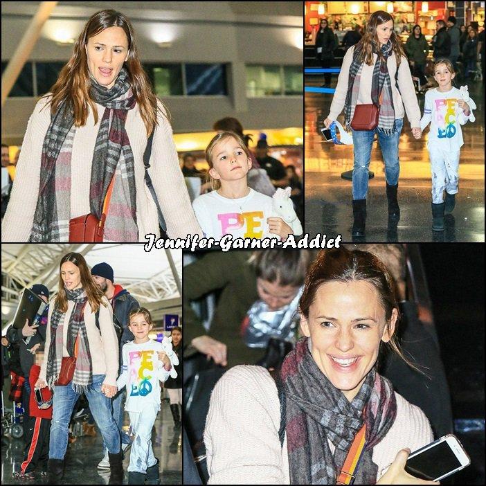 Jen et Séraphina sont parties à New York - le 6 Janvier - ai je besoin de vous le dire vu la couronne que porte Séraphina? Elle soufflait ses 8 bougies ce samedi! Et sans doute que pour l'occasion, sa maman lui a offert un petit cadeau à New York! Adorable duo mère/fille!