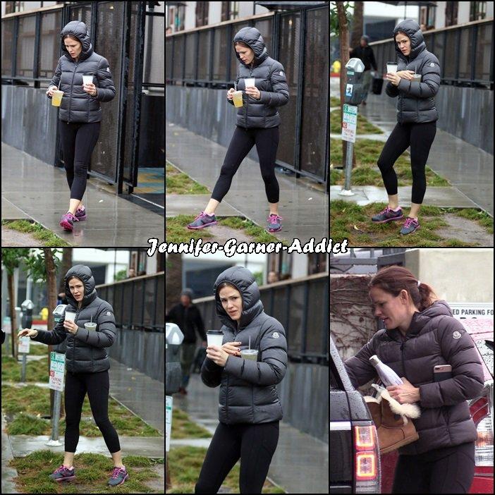 Jen sortant d'un café après la gym - le 22 Janvier -