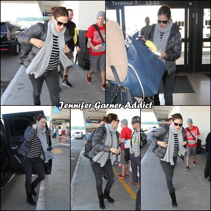 Jen à l'aéroport de LA - le 23 Février - elle a l'air bien chargée, est ce que cela signifie qu'elle ne participera pas aux oscars qui auront lieu dimanche soir?....