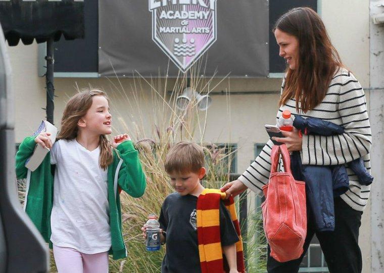 Jen, Séraphina et Samuel sortant du cours de karaté - le 5 Mars -