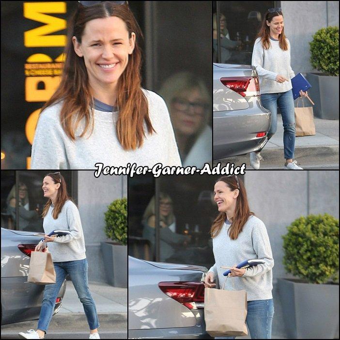 Jen sortant d'un magasin - le 9 Mars -