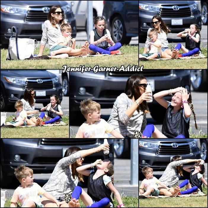 Jen, Séraphina et Samuel sont allés prendre un petit déjeuner avant d'aller au match de soccer de Séraphina - le 22 Avril -