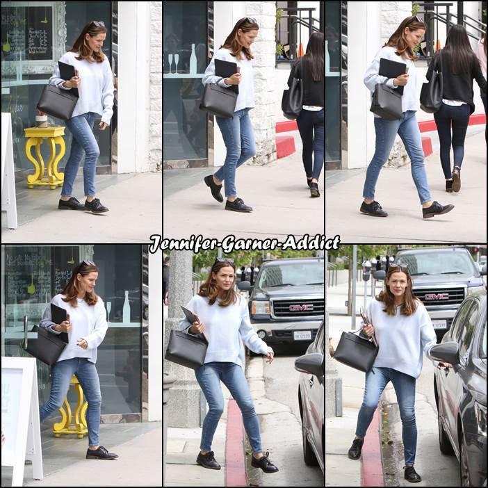 Jen sortant d'une cafétéria après un rdv chez le coiffeur - le 25 Mai -
