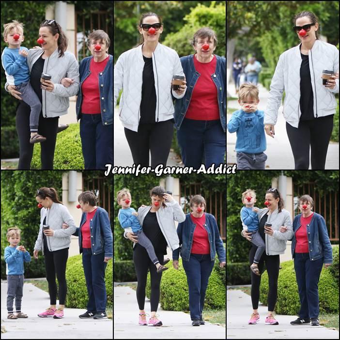 Après avoir été chercher un café, Jen a été rejoindre sa mère Patricia et son fils pour une petite balade à trois générations - le 25 Mai -
